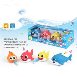 Lattine spray in plastica online-4 pezzi di giocattoli di plastica per bambini con luci di squalo Giocattolo da bagno in grado di spruzzare acqua Piscina estiva per bambini Piscina all'aperto Gioco per bambini Regalo di compleanno