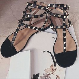 sandale en pierre Promotion Vente-2019 Hot Couleur Rivets Pointu Gladiator sandales plates pierres cloutés flip Sandales Big Size Designer Shoes bon marché des femmes d'été