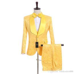 Canada Costume homme Tout neuf Groomsmen Jaune Tuxedos Châle Châle Satin Revers Hommes Costumes Côté Vent Mariage / Bal Meilleur Homme (Veste + Pantalon + Gilet + Cravate) Offre