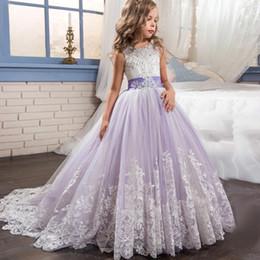 hermosas flores moradas blancas Rebajas 2019 hermosa púrpura y blanco vestidos de niñas de flores con cuentas de encaje con arcos vestidos del desfile para los niños Wedding Party MC1915
