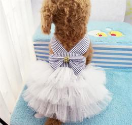 Patrón de falda de perro online-Camisa de raya camisola ropa para mascotas azul arco falda de gasa perrito enagua primavera y verano rosa nuevo patrón de mezclilla 8 5gcb1