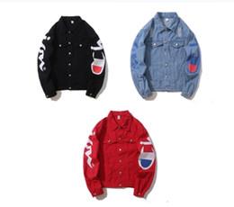 Chaqueta vaquera con estampado de kanye west online-Otoño invierno para hombre Hip Hop Demin chaqueta Kanye West masculino flojo de impresión de letras Outwear la chaqueta abrigos destoryed tendencia Ropa de la marca Denim ribete