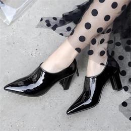 Deutschland Europäischer und amerikanischer Stil mit großen spitzen Damenstiefeln neue hochhackige Lackschuhe für Damen cheap small thick high heels Versorgung