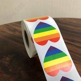 Carte da parati del cuore online-Un rotolo di 500 adesivi arcobaleno Adesivi LGBT Adesivi etichetta Gay Pride Rainbow Heart per articoli da parete per la casa Sfondi T3I5084
