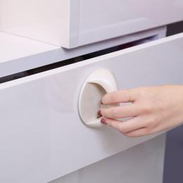 armários de cozinha brancos vermelhos Desconto Maçanetas de plástico Protable adesiva gancho da parede Home Móveis Handle armário alças puxadores Pull yq00809