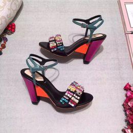 Пятки появляются онлайн-Новая мода Luxury Designer Женские сандалии 2019 Красочные поп Luxury Designer Весенние и летние сандалии Кожаные сандалии на высоком каблуке на танкетке 9.5см