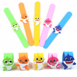 Nette Baby Shark Clap Ring PVC Silikon Slap Snap Armband Armband Cartoon Silikon Armband Jungen Mädchen Schmuck Party Festival Geschenk von Fabrikanten
