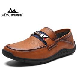 итальянская кожаная обувь Скидка ALCUBIEREE Марка Vintage Кожаные Мокасины Мужские Слипоны Плоские Туфли Для Вождения Взрослых Дышащие Мокасины Итальянские Лодки Ручной Работы