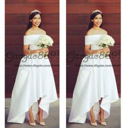 Vestidos de casamento brancos modestos on-line-Novo designer Modest Alta Baixa País Estilo Praia Vestidos De Casamento 2019 fora do ombro Ruffles cetim Hi-lo Branco curto Vestidos De Noiva Da Noiva