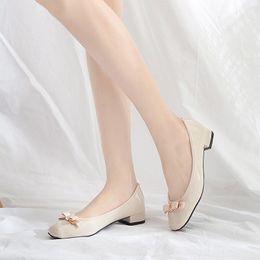 Comprar sapatos de dedos on-line-Sapato de metal quadrada com ponta de borboleta revestido a laca com salto baixo grosso, boca rasa e tamanho grande (compre 10 e envie um óculos)