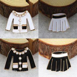 camisas de manga larga broche Rebajas Perla de las mujeres camisa de manga larga falda en forma de broche de tela esmalte broche traje de solapa Pin regalo para el amor novia