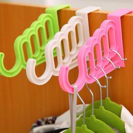 Kunststoffgürtel zurück online-Multifunktionale Haken Kunststoff-Tür-Rück Art Haken Kleiderbügel Handtuch Anzeige Aufhänger Gürtel Schal-Speicher-Halter für Schlafzimmer