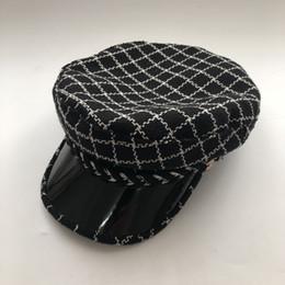 Белые береты онлайн-Известные женщины классический черно-белый плоский верх темно-синий колпачок женщин осенью и зимой британский бренд моды берет шапка