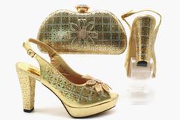 Talons à carreaux en Ligne-Jolis talons compensés pour dames africaines, chaussures à carreaux à fleurs et sacs assortis d'Italie ... talon10,5 cm. A-2019520-G77