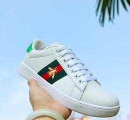 2019 Bonne qualité Luxe Nouveaux Hommes Femmes Low Top Flats chaussures Fashion Designer 3D broderie Sneakers styles abeille Casual chaussures ? partir de fabricateur