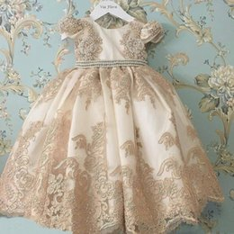 Niñas desfile vestidos de champán online-Champagne Princesa Vestidos de niña de flores Cuello de joya Manga corta Encaje Aplique 2019 Vestido de fiesta Vestidos de bebé para la comunión Boho