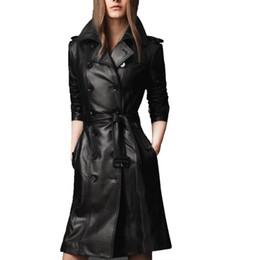 2019 плюс размер кожаный рукав пальто 2019 осень женская искусственная кожа пальто пальто женский с длинным рукавом двубортный длинное пальто дамы Большой размер 4xl r1551 дешево плюс размер кожаный рукав пальто