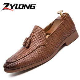 Mens beige mocassino marrone online-Plus Size 38-47 Scarpe da uomo eleganti scarpe italiane fatte a mano per uomo Formal Tassel Mens Mocassini Office Brown nero
