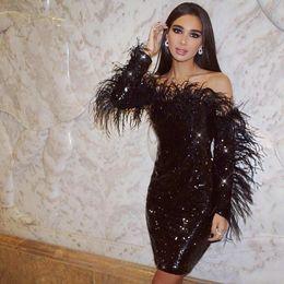 2020 Schwarz Mantel Cocktailparty-Kleider mit langen Ärmeln Schulterfrei Federn Spitze Pailletten Short Prom Abendkleider Sexy Club Wear von Fabrikanten