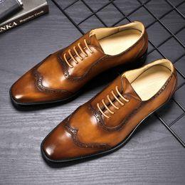 Comode scarpe da ginnastica da uomo di oxfords online-Vendita calda-Marrone Nero Designer di lusso Classico Scarpe brogue uomo Punta a punta Scarpe eleganti uomo Vera pelle Oxford confortevole
