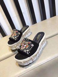 Pérolas de diamante on-line-Luxo Carta Bordado Tiger Slope Salto Alto Alpercatas Mulher Pearl Diamond Chinelos Wedge Sandals Com Box