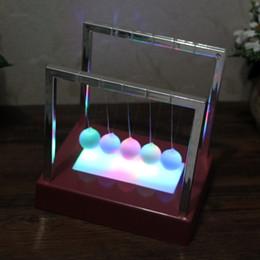 2019 le palle di equilibrio Newton Balance Ball LED Pendolo colorato Early Fun Development Educativo Cradle Steel Fisica Science Gift Desk Toy 50pcs AAA1855 sconti le palle di equilibrio