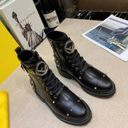 Encaje asiático online-botas de mujer moda Botas cortas Tacón grueso puntiagudo Remache de encaje Diseño de letrero de metal Zapatos 2019 nuevos productos Talla asiática 35-41