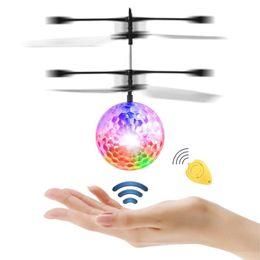 controlador de luz rc Desconto Venda de afastamento estoque em EUA Flying Ball Colorido RC Brinquedos Controle Remoto para Crianças Piscando LED Light Flying Ball Helicóptero de brinquedo Heliball