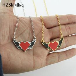 2019 NEUE Hold My Love Emaille Anhänger Halskette Hände Herz Anhänger Trendy Pullover Zubehör Liebe Geschenke Für Mädchen von Fabrikanten