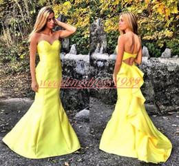 Vestido amarillo para baile de graduación juniors online-Sexy sirena vestidos de baile amarillo satinado con volantes vestidos de fiesta huecos Juniors vestido de noche largo Juniors ocasión especial Celebrity Formal