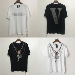 2019 hombres rhinestone camisetas Camiseta con diamantes de imitación V Blanco Negro Amigos Camiseta de manga corta Casual Hombres Mujeres Gran V Fragmento Diseño Hip Hop Tops Streetwear CPI0113 hombres rhinestone camisetas baratos