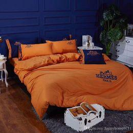 2019 juegos de ropa de cama de diseñador Diseñador de lujo bordado clásico ropa de cama de algodón textiles para el hogar 4 piezas 1 juego de vacaciones amigos de la familia regalo ropa de cama Suministros 2019 juegos de ropa de cama de diseñador baratos