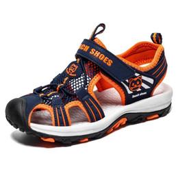2019 scarpe chiuse a punta per l'estate Sandali per bambini Sandali per bambini con punta chiusa per i ragazzi Outdoor Beach Scarpe da ginnastica traspiranti in mesh Scarpe casual da uomo sportive scarpe chiuse a punta per l'estate economici