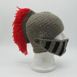 Masken geknebelt online-2018 Winter handgemachte lustige Hüte kühlen rote Quaste Roman Knight Helm Maske Beanies Cosplay Caps Männer Frauen Gag Party Geschenke