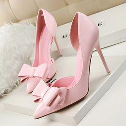 Zapatos atractivos de la boda femenina online-Zapatos de vestir de diseñador EOEODOIT Mujer Fiesta de moda sexy Boda Tacones de aguja altos Bombas Punta estrecha Recorte lateral Resbalón de cuero en mujer