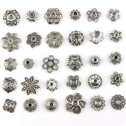 2019 conjunto de jóias de prata de design de flores Assorted 30 Projetos de Prata Antigo Flor Pétala Padrão Decorativo Pingente Encantos Perfurado Metal Spacer Beads Jóias DIY Fazendo 30 pçs / set conjunto de jóias de prata de design de flores barato