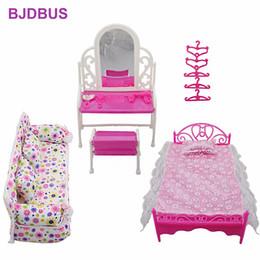8 шт. / Лот = 1x тканевый диван + 1x туалетный столик + 1x кровать + 5x вешалка для одежды для куклы Барби Мебельная фурнитура для детей Подарок Q190521 от Поставщики синие черные комбинезоны