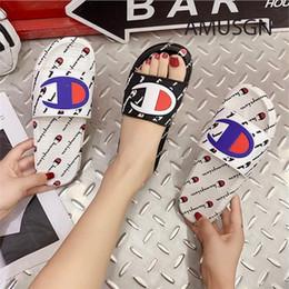 Champion Hommes Femmes Designer De Luxe Sandales D'été Sport Marque Pantoufles Mules Slip Sur Tongs Sandale Plat Plage Pluie Chaussures De Bain A52406 ? partir de fabricateur