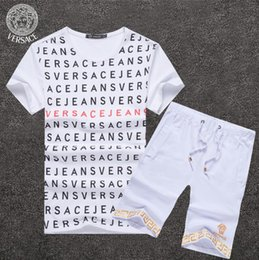 4954ca1d7ed Été 2019 VERSACE Lettre shorts costume 2pcs ensemble T-shirt à manches  courtes + shorts pantalons amour rose Tenues Survêtement Ensemble  Survêtement Suit ...