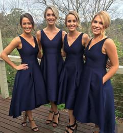 Vestidos de dama de honor embolsados online-2019 Nuevo azul marino, corto, alto, bajo, vestidos de dama de honor con bolsillos Baratos con cuello en V pliegues Vestidos de dama de honor Vestido formal para damas de honor junior