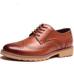 Scarpe in pelle marrone arrotondata online-Scarpe da uomo brogue per gli uomini d'affari di marca di moda 2019 per la festa nuziale Retro in pelle nera marrone punta rotonda scarpe oxford