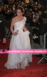 Une main robe de tapis rouge en Ligne-Robes de soirée princesse blanche robes de célébrités une épaule en mousseline de soie robe fomal avec fleur à la main froncé robes de tapis rouge fermeture éclair de retour
