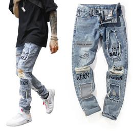 4e5da74c1553 Jeans moda uomo americano streetwear blu jeans strappati distrutti Graffiti  stampati designer pantaloni hip hop uomini