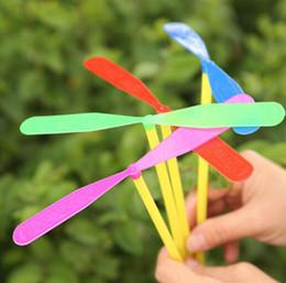 Hélices plásticas on-line-100 pcs Novidade Plástico Bambu Hélice Da Libélula Voando Setas Bebê Crianças Brinquedo Ao Ar Livre Tradição Clássica Nostálgico Crianças Brinquedos