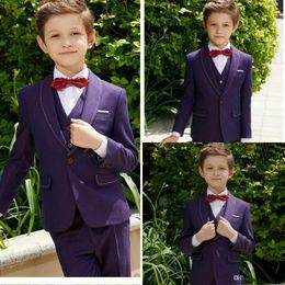 Tuxedos niños púrpura online-Traje formal de verano púrpura para niños Mantón de solapa Slim Fit Niños Boda Tuxedos Prom Party Pantalones Trajes (chaqueta + chaleco + pantalones)