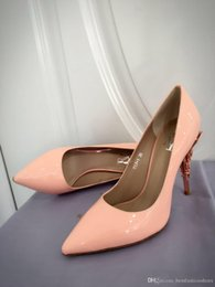 Saltos de vestido de cetim amarelo on-line-As mulheres se vestem de casamento rosa PATENTE COM BOMBAS DE BARROCO PRATA EMERALD CETIM COM OURO AMARELO de Casamento Sapatos de Salto para Noivas Modernas