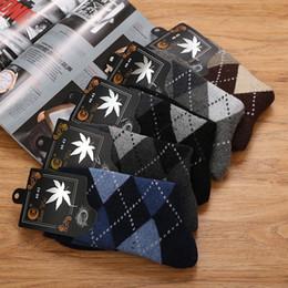 Calcetines de lana gris online-2019 calcetines de lana caliente del otoño invierno de los hombres de algodón de alta calidad Negro Gris Moda Casual Calcetines del tubo largo de toalla para regalo de los hombres 3 Estilos M750F