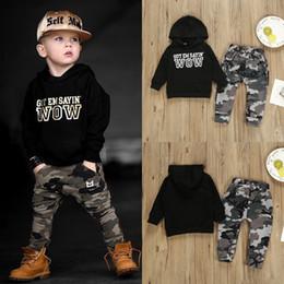 Meninas com capuz on-line-Varejo bebê menino com capuz roupas 2 pcs terno conjunto (carta hoodies + calças de camuflagem) crianças designer de fatos de treino meninas conjuntos de roupas