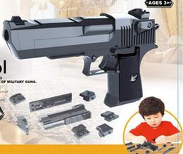 DIY Building Blocks Toy Gun Desert Eagle airsoft air guns Assemblaggio Toy Puzzle airsoft pistola pistola Can Fire Bullets gun da fiammiferi dentellare di plastica all'ingrosso fornitori