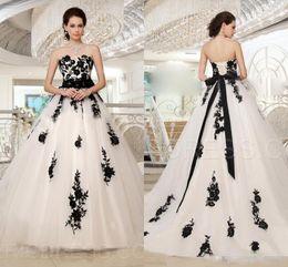 Longo vestido preto fita on-line-2019 Querida Lace Apliques Branco E Preto Gótico Vestidos De Noiva Lace Up Voltar Vestidos De Noiva Fita Longa Jardim Vestidos De Casamento